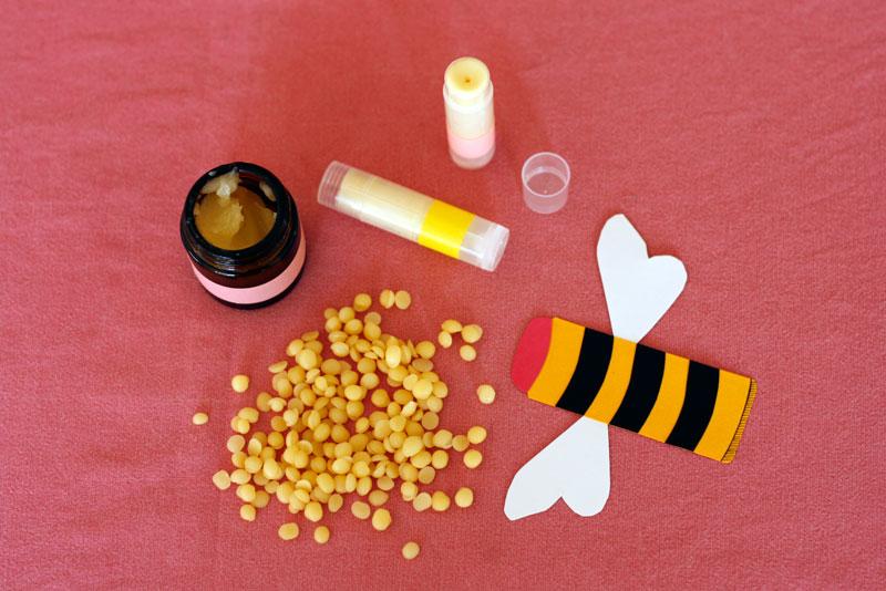 Baume en pot, baumes en tubes et cire d'abeille en pépites.